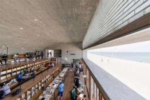 Interior de la biblioteca con la ventana que da a la playa. Fotografía de Xia Zhi.